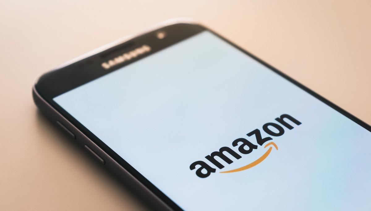 Amazon.com otevřený na na mobilním telefonu.