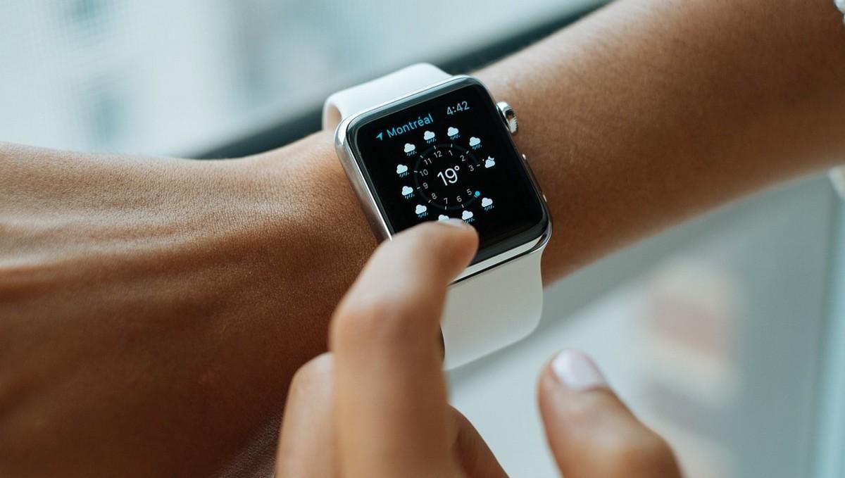 Chytré hodinky Apple Watch na ruce.