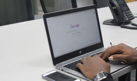 Google vyhledávač otevřený na notebooku.