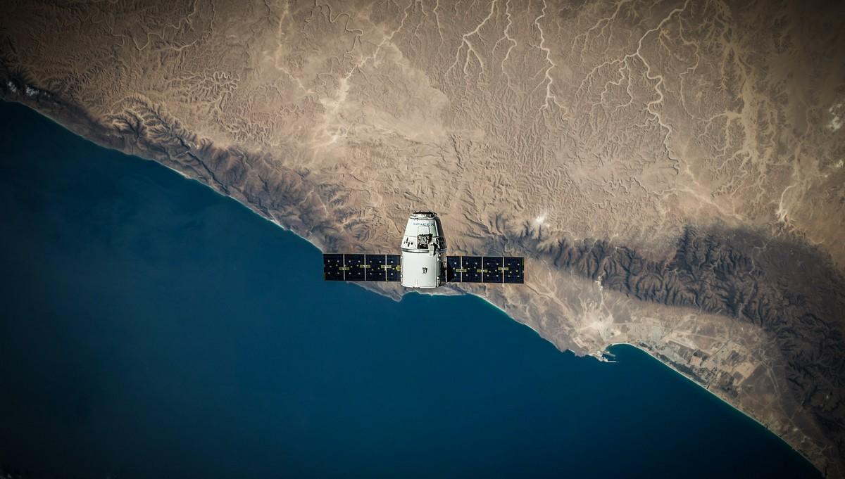 GPS družice vznášející se nad pobřežím.