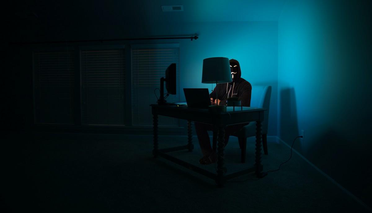 Hackeři se snaží prolomit počítačovou síť.