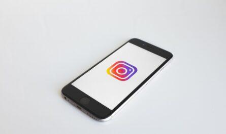 Instagram logo zobrazené na mobilním telefonu.