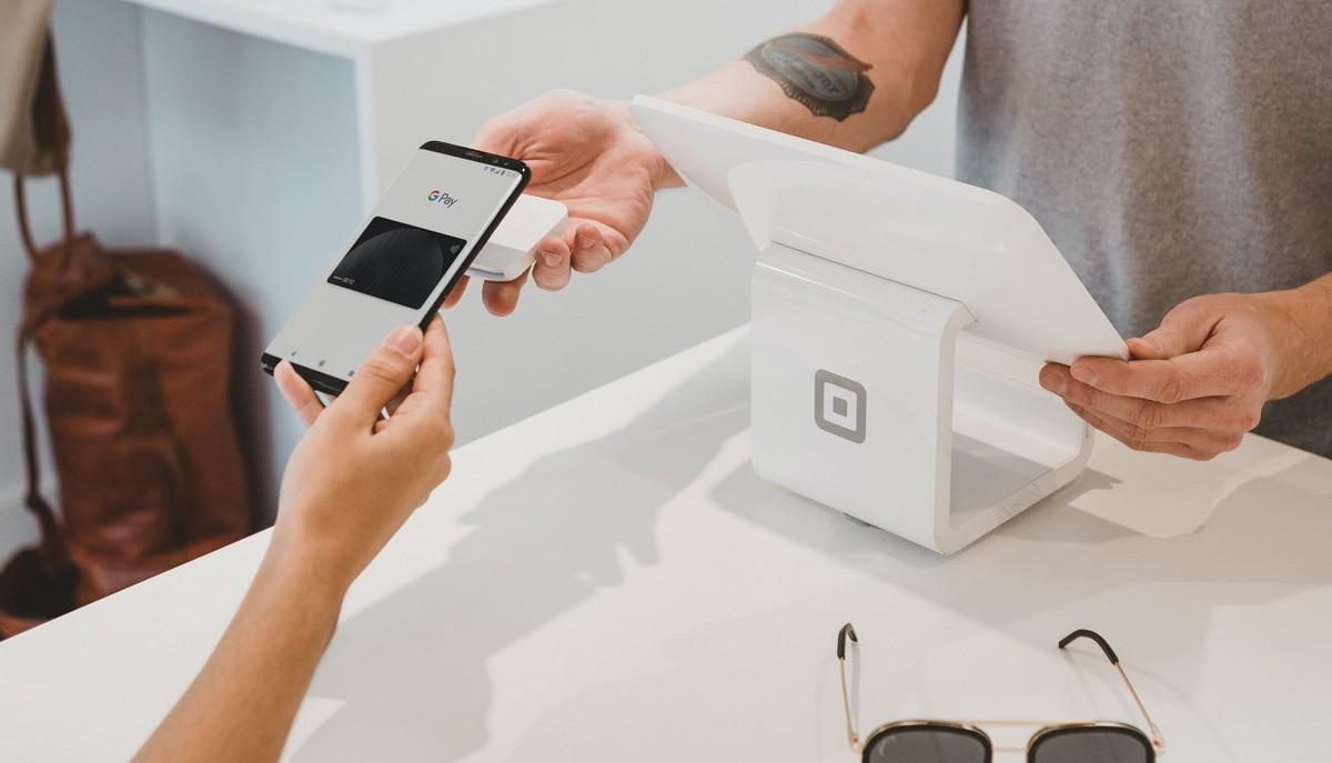 Mobilní bankovnictví v praxi při placení telefonem.