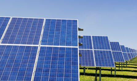Solární energie přijímaná prostřednictvím fotovoltaických panelů.