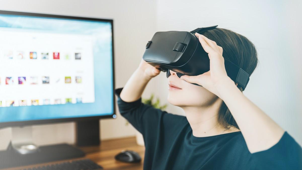 Virtuální realita v praxi. Brýle nasazené na obličeji.