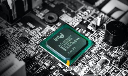 Intel procesor zasazený v základní desce počítače.