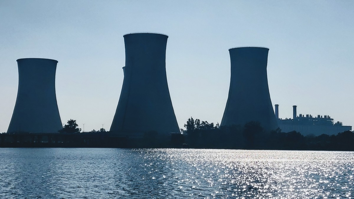 Jaderná energetika v podání komínů jaderné elektrárny.